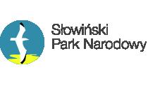 Owal z ikonograficznym przedstawieniem mewy srebrzystej symbolu Słowińskiego Parku Narodowego. Biały ptak z ciemno zakończonymi końcówkami skrzydeł na niebieskim tle, u podstawy żółty kleks odzwierciedlający piasek.