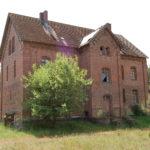 Budynek mieszkalny dawnej Osady Latarników przed remontem.
