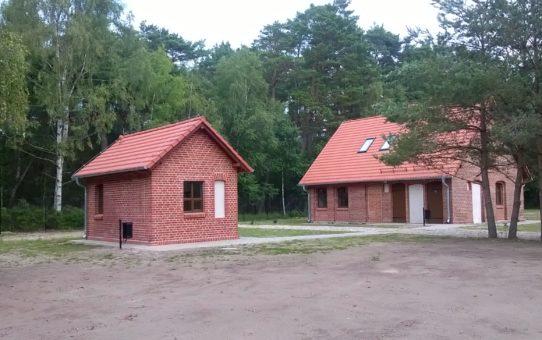 Dwa nieduże budynki gospodarcze osady po remoncie, obecnie kasa muzeum i obiekt administracyjny.