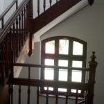 Odrestaurowana klatka schodowa z drewnianą balustradą w budynku numer 1 muzeum.