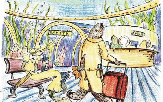 Rysunek wykonany przez dziecko. Stacja na dnie Bałtyku. Pani ryba ubrana w sukienkę i kapelusz siedzi na ławce. Obok niej w cylindrze siedzi pan ryba. Krok od nich z walizką podróżną stoi pan ryba ubrany w płaszcz. Za nimi kasa biletowa. W tle morze z bujną roślinnością wodną.