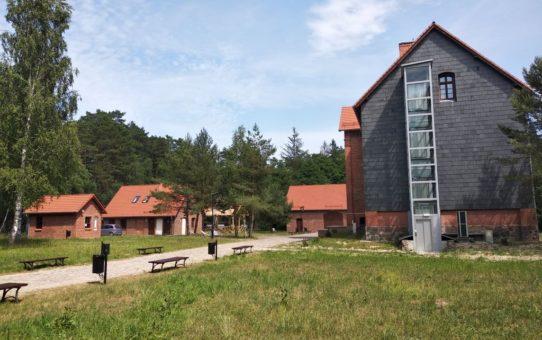 Zdjęcie przedstawiające Muzeum Słowińskiego Parku Narodowego w Czołpinie.