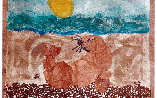 Praca plastyczna wykonana techniką mieszaną, tło malowane farbami plakatowymi przedstawia plażę, na niej znajduje się foka wyklejana z liści bukowych.