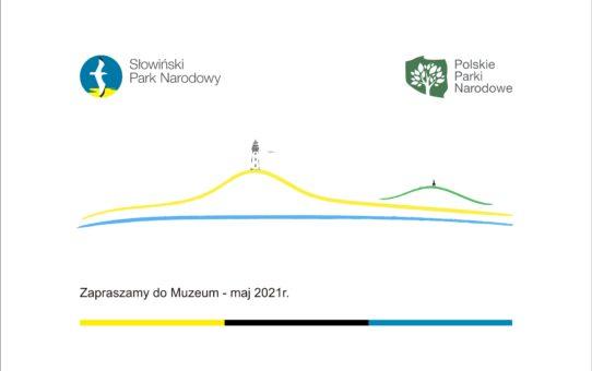 Grafika dekoracyjna przedstawiająca kontur głównych elementów krajobrazu w Czołpinie. Najniżej niebieska linia symbolizująca linię brzegową Bałtyku. Powyżej żółty kontur Wydmy Czołpińskiej z czarną sylwetką latarni morskiej na szczycie. Po prawej stronie zielony kontur wzgórza Rowokół z czarną sylwetką wieży widokowej na szczycie. Poniżej Napis o treści Zapraszamy do Muzeum - maj 2021r. U góry loga SPN i Polskich Parkow Narodowych.