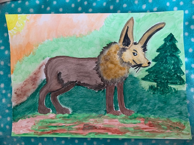 Praca Alicji Bloch wyróżniona wkonkursie Dzień Ziemi wSPN w2020r.Praca wykonana farbami plakatowymi, przedstawia fantastyczne zwierzę zpyskiem wilka, uszami zająca igrzywą lwa.