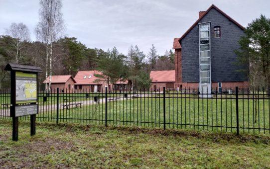 Kompleks zabytkowych zabudowań z czerwonej cegły muzeum SPN w Czołpinie