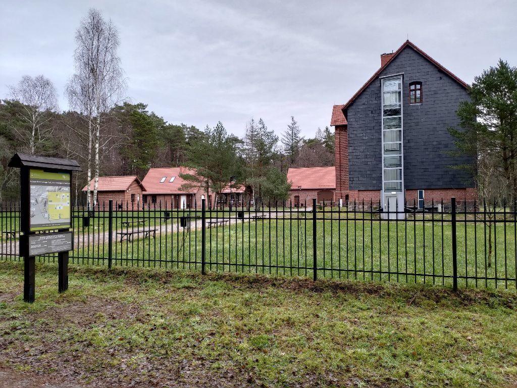 Kompleks zabytkowych zabudowań zczerwonej cegły muzeum SPN wCzołpinie